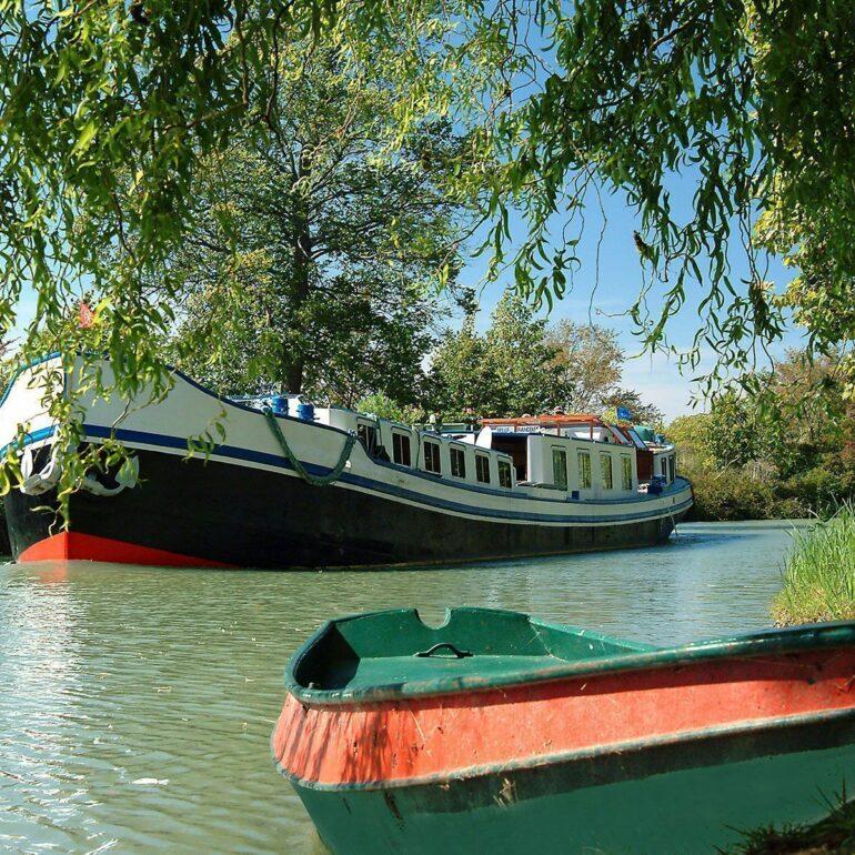 Peniche et barque du Canla du Midi