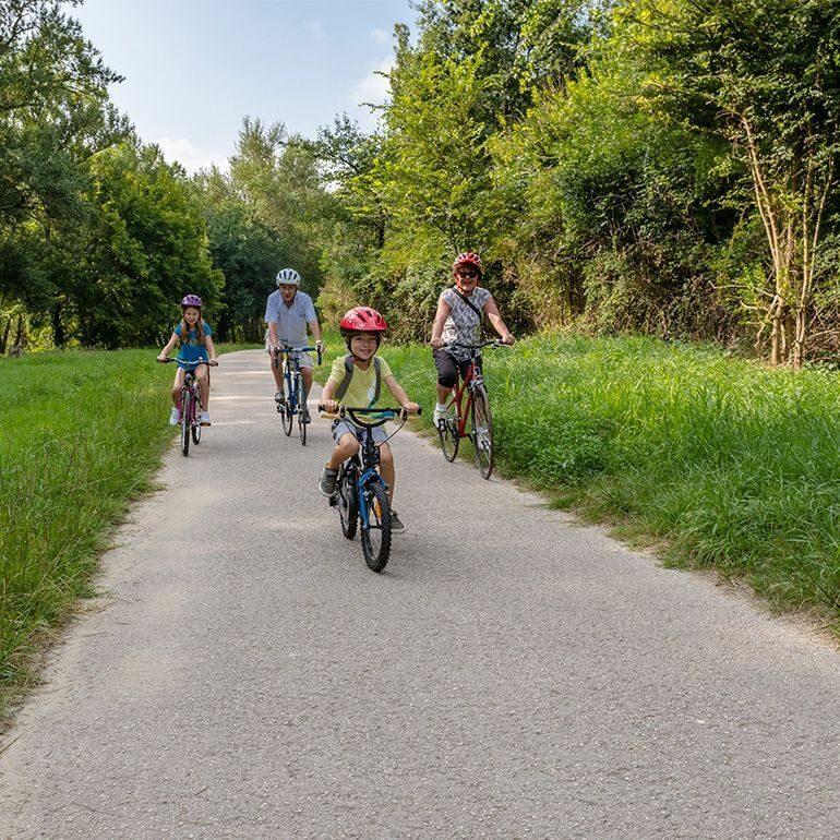 A vélo-Famille à Vélo sur les berges de la Garonne ©LoïcBel-770x770